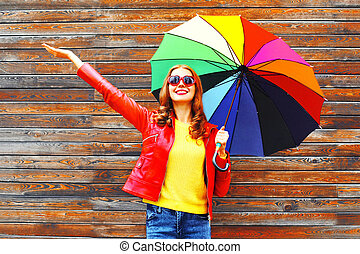 sorrir feliz, mulher, com, coloridos, guarda-chuva, em, dia outono, sobre, madeira, fundo