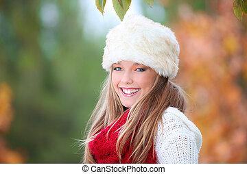 sorrir feliz, outono, mulher, com, chapéu pele
