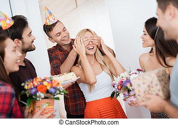 sorrisi, ragazza, birthday., lei, occhi, apparecchiato, piombi, surprise., chiuso, sorpresa, ragazza, tipo, hands., lui