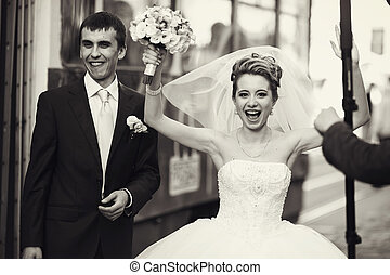 sorrisos, andar, dela, noivo, cima, noiva, levanta, mãos