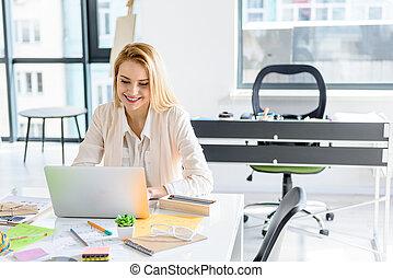 sorrizo, menina, computador, atraente, digitando