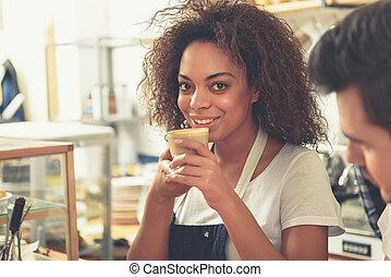 sortant, femme, tasse, appétissant, garder, latte, mains
