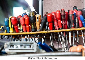 sortiment, i, redskaberne, hængning, wall., skruetrækkere, ind, mekaniker, garage, vogn tjeneste
