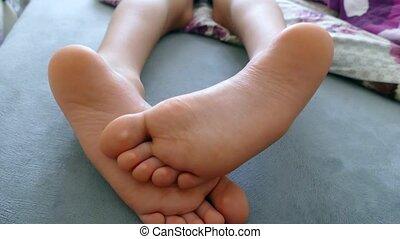 sortir, pied, humain, sous, lit, édredon, pied