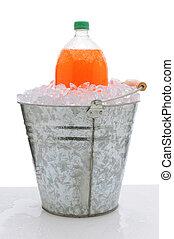 sosa anaranjada, botella, en, cubo, de, hielo