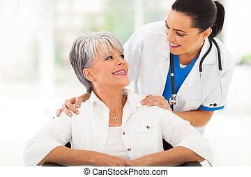 soucier, docteur, à, personne agee, patient