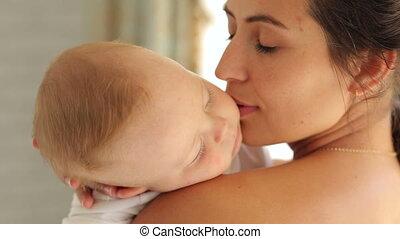 soucier, elle, tient, bras, dormir, nouveau né, doux, bedroom., mère, bébé