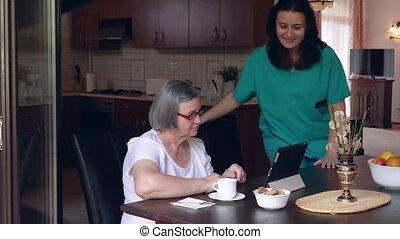 soucier, infirmière, projection, a, tablette numérique, à, une, femme âgée, dans, a, clinique