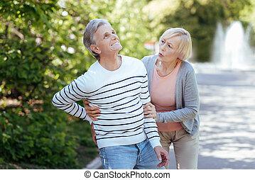 soucier, vieillissement, retraité, femme, prendre, dehors, malade, soin