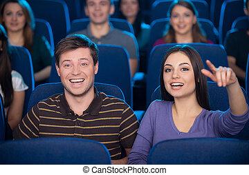 soude, couple, ensemble., regarder, heureux, pop-corn, jeune, cinéma, film, manger boire, quoique