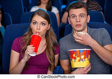 soude, movie!, couple, regarder, pop-corn, quel, jeune, cinéma, film, excité, manger boire, exciter, quoique
