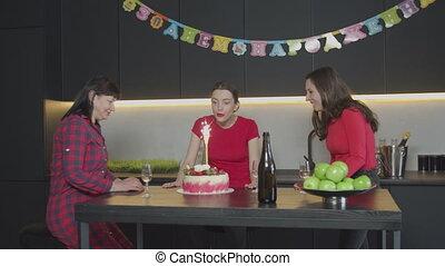 souffler, anniversaire, femme, gâteau, bougie, heureux