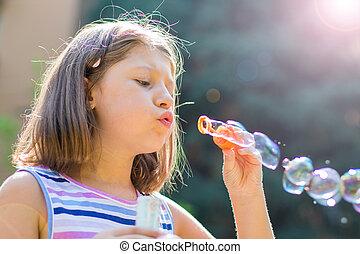 souffler, ensoleillé, parc, jour, bulles, girl, savon