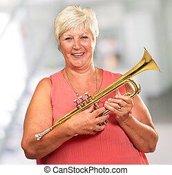 souffler, femme aînée, trompette, elle