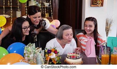 souffler, fille, bougies, petite-filles, anniversaire, mère, gâteau, personne agee