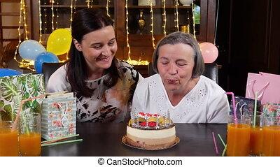 souffler, fille, mères, bougies, ou, anniversaire, mère, gâteau, fête, personne agee, jour