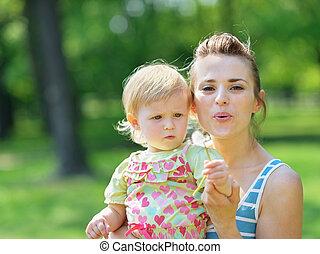 souffler, pissenlit, loin, jeune, mère, bébé