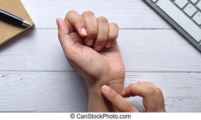 souffrance, jeune, douleur, mains, femmes, poignet