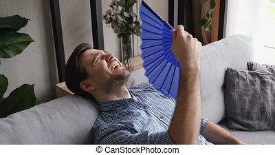 souffre, ventilateur, chaleur, asseoir, homme, divan, onduler