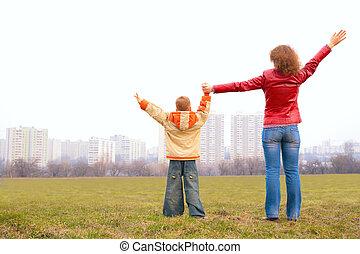 soulevé, extérieur, mains, fils, stand, mère