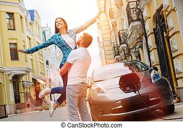 soulevé, femme, elle, être, haut, heureux, petit ami
