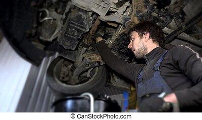 soulevé, huile, mécanicien, auto, dévisser, porté, filtre, sale, entretien, sous, pendant, voiture
