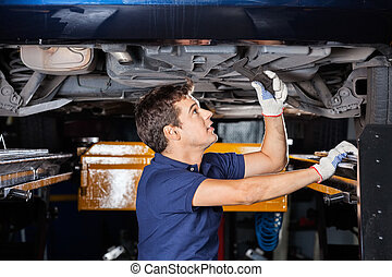 soulevé, voiture, dessous, clé, mécanicien, utilisation