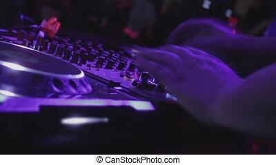 """sound"""", """"dj, jouant musique, main, apprécier, électronique, public, fête"""