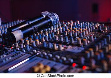 soundman, trabajo encendido, el, consola mezclada, en, concierto, hall.