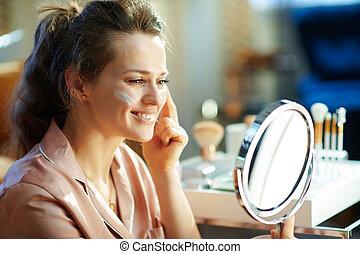 sourire, élégant, miroir, crème, regarder, demande, femme