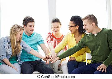 sourire, étudiants, à, mains, sommet, de, autre