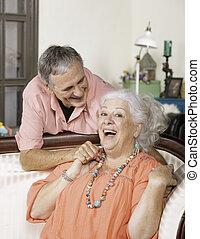 sourire, affectueux, couple, personne agee, maison
