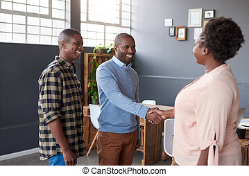 sourire, africaine, collègues affaires, serrer main, ensemble, dans, une, bureau