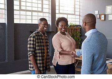 sourire, africaine, collègues, serrer main, ensemble, dans, a, moderne, bureau