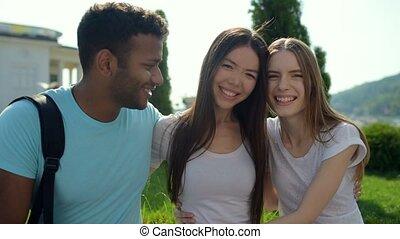 sourire, amis, optimiste, étreindre, enjoué