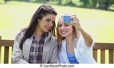sourire, amis, prendre, eux-mêmes, dans, image