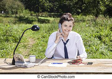 sourire, analyser, données, femme affaires