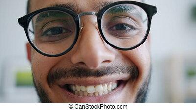 sourire, appareil photo, lunettes, arabe, beau, portrait, homme, gros plan, regarder