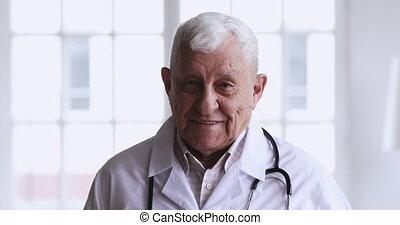sourire, appareil photo, portrait, personne agee, docteur, regarder, closeup, mâle