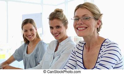 sourire, appareil photo, tog, femmes affaires