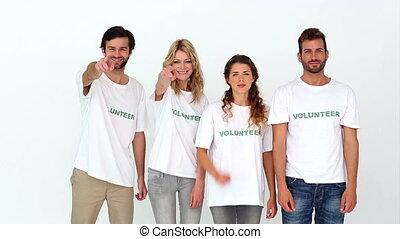 sourire, appareil photo, volontaires, équipe