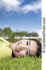 sourire, asiatique, jeune femme, herbe
