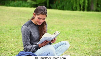 sourire, brunette, attentivement, livre, lecture