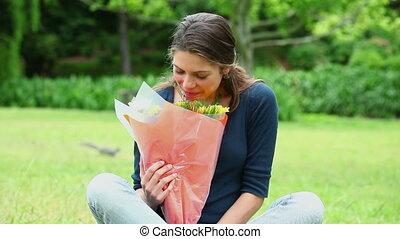 sourire, brunette, fleurs, tenue