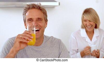sourire, couple, avoir, petit déjeuner