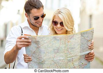 sourire, couple, dans, lunettes soleil, à, carte, dans ville