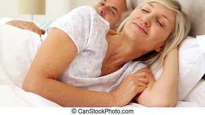 sourire, délassant, couple, lit