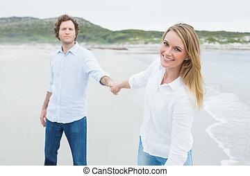 sourire, désinvolte, mains tenue couple, à, plage