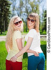 sourire, deux, blonds, femmes