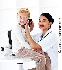sourire, docteur féminin, vérification, elle, patient\'s, oreilles